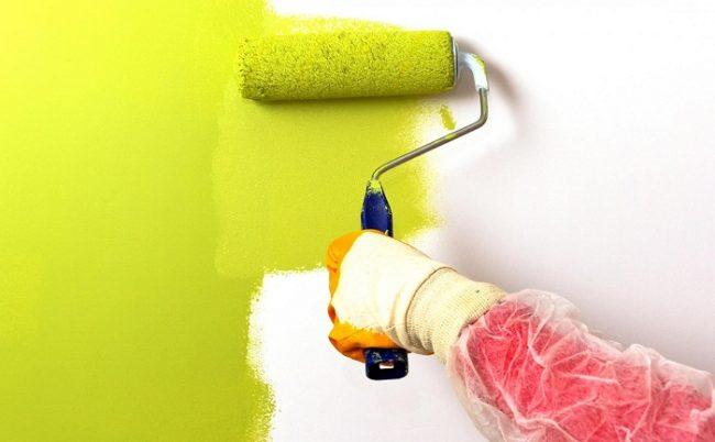 Резиновая краска для дерева имеет небольшой расход и легко ложится на окрашиваемую поверхность