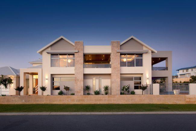 Красивое сочетание окрашенных бетонных конструкций и декоративного камня в отделке фасада