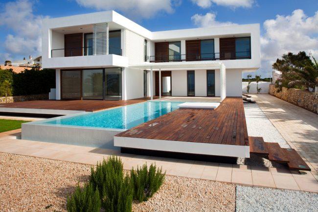 Красивый белоснежный загородный дом в современном стиле