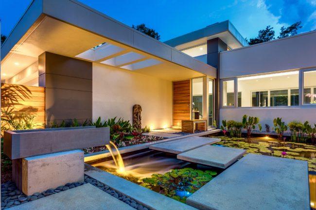 Прекрасный одноэтажный дом с декоративным прудом