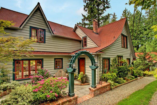 Деревянная отделка фасада частного дома, окрашенная резиновой краской