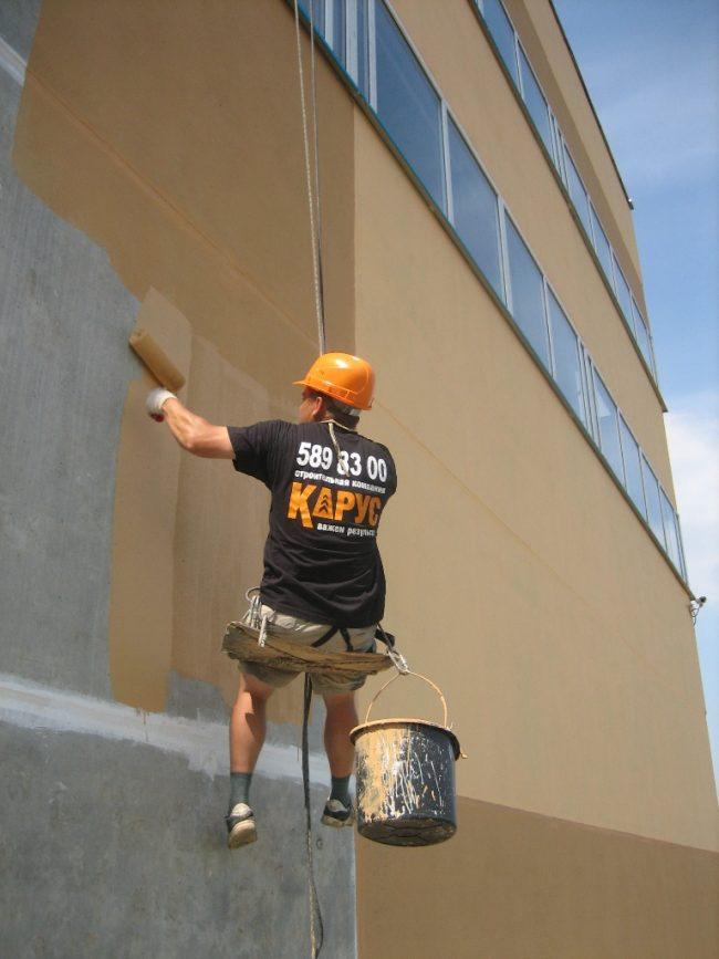 Резиновая краска по бетону легко ложится на поверхность и имеет небольшой расход