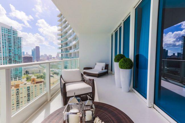 Балкон, окрашенный резиновой краской по бетону