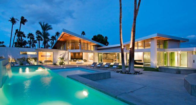 Каркасный загородный дом с огромным бассейном