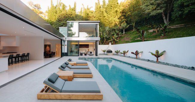 Резиновая краска по бетону поможет сэкономить кучу денег при оформлении бассейна