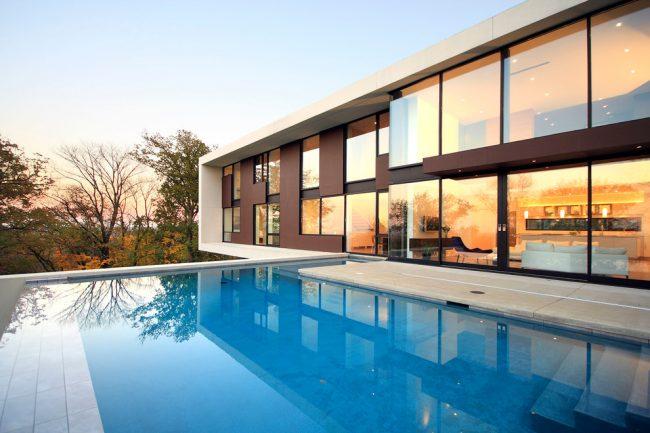 Резиновая краска по бетону отлично подойдет для покраски как фасада дома, так и вашего бассейна