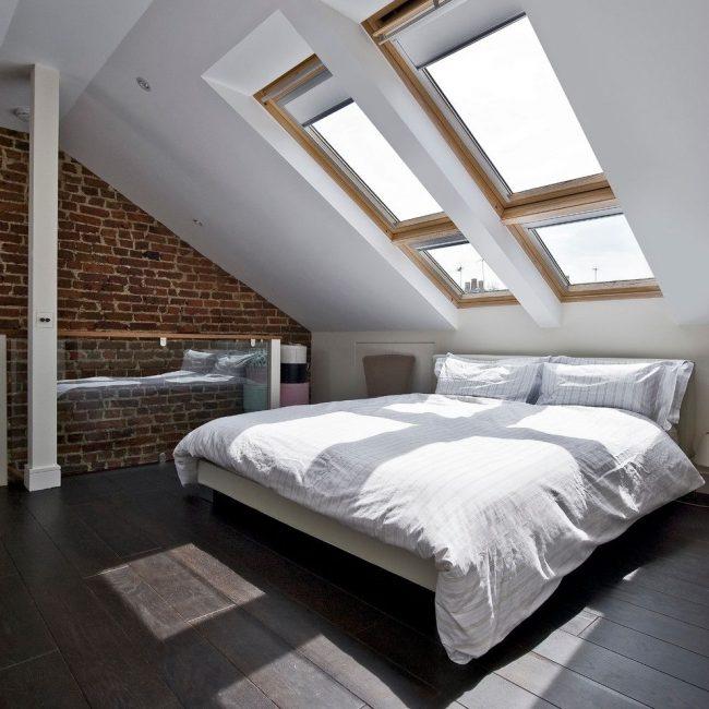 Рулонные шторы на мансардные окна в современной спальне