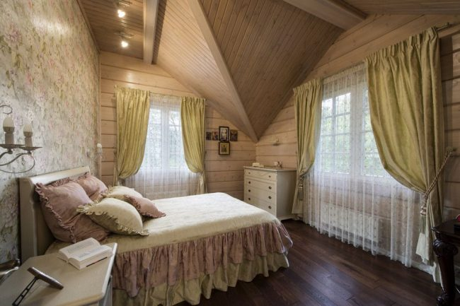 Мансардная спальня в стиле прованс с золотистыми портьерами