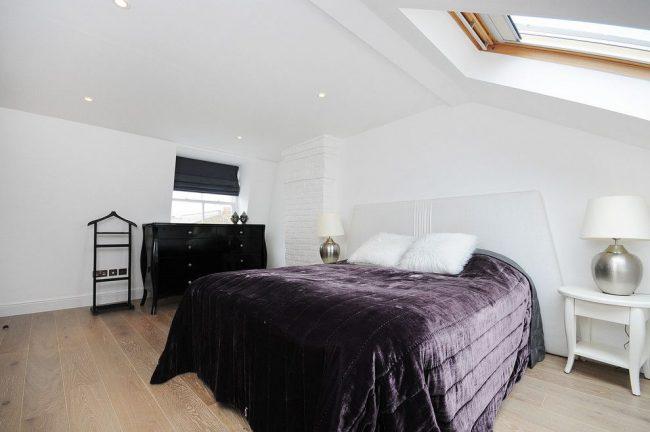 Римские черные шторы и рулонные в светлой мансардной спальне