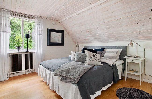 Светлые льняные шторы в скандинавской спальне