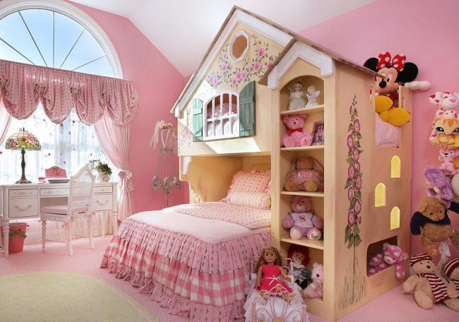 Детская комната в мансардном помещении с арочным окном и шторы с ламбрекенами
