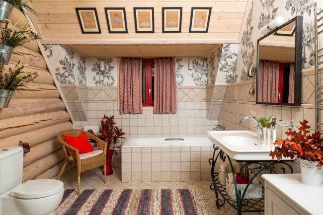 Небольшие занавески в мансардной ванной стиля кантри