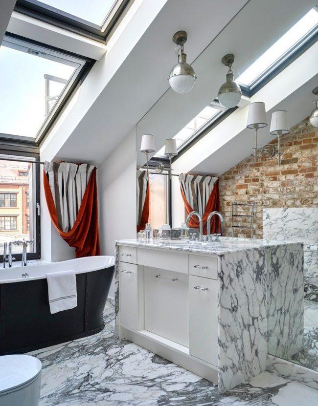 Стильная и современная ванная комната под крышей с большими окнами и двухцветными портьерами