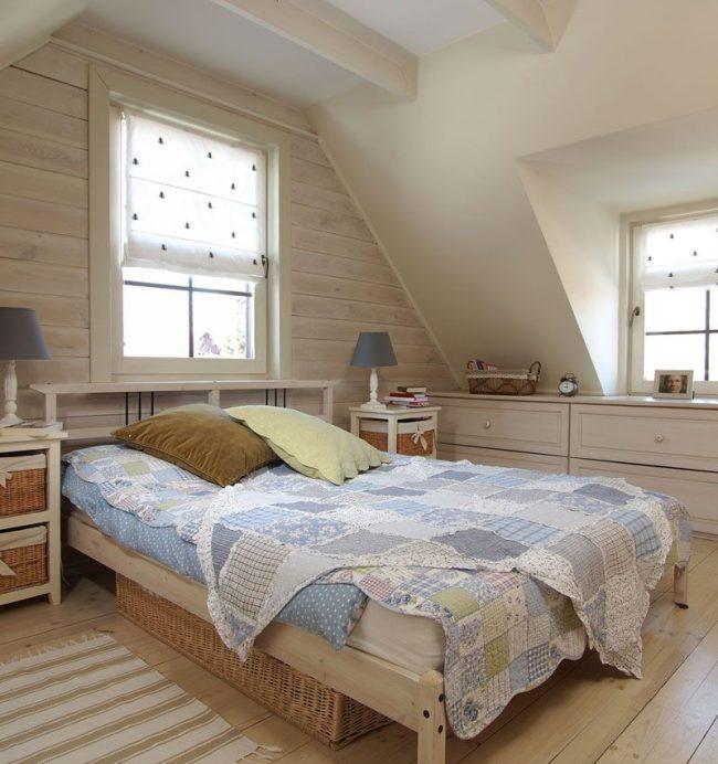 Римские шторы - хороший вариант для небольшой мансардной спальни