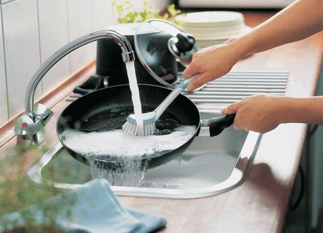 Сковороду с каменным покрытием лучше мыть вручную