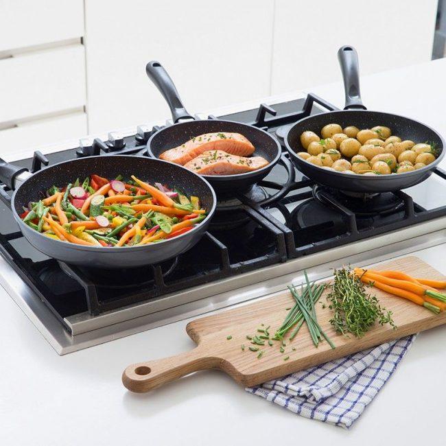 Вкусная и здоровая пища, приготовленная на сковородах с каменным покрытием
