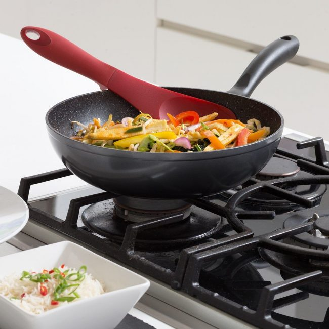 Для приготовления пищи на сковороде с каменным покрытием лучше всего пользоваться пластиковой или деревянной лопаткой