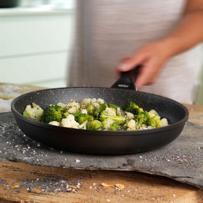 В сковороде с каменным покрытием любое блюдо будет иметь удивительный вкус