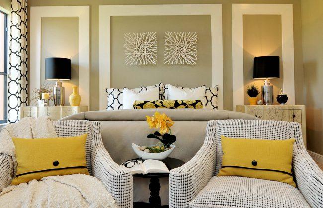Настенное панно из белых веток отлично подойдет для гостиной классического стиля