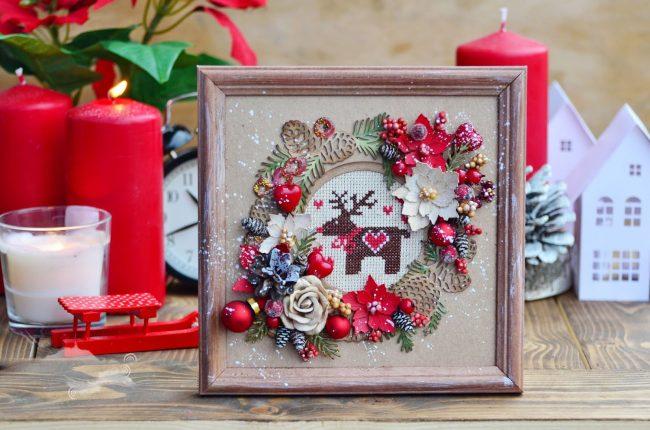 Настенное панно с оленями, цветами и елками станет отличным новогодним подарком