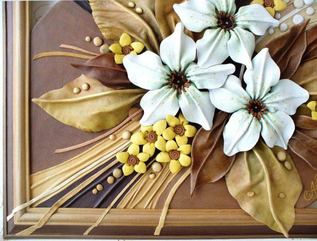 Великолепный букет из цветов в панно из натуральной кожи