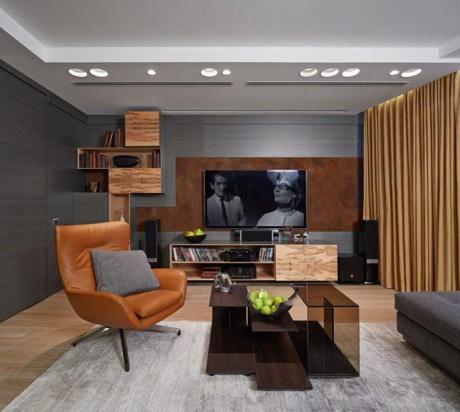 Коричневое кожаное кресло в гостиной стиля контемпорари