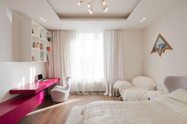 Белая современная спальня с ярко-розовым столом