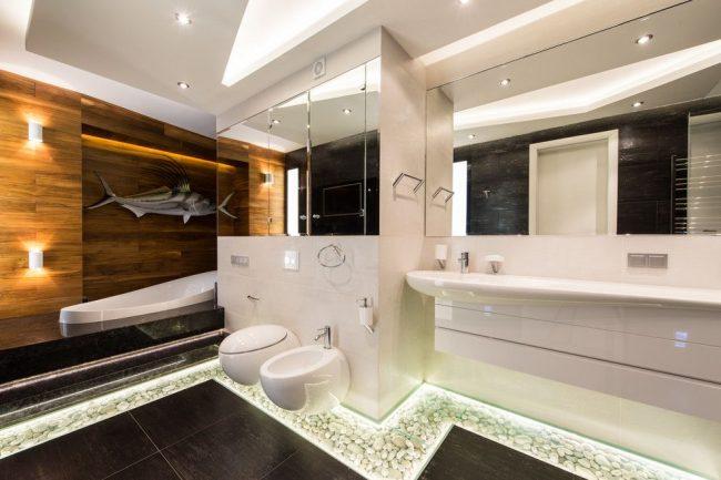 Стильная просторная ванная с обилием зеркал и необычной сантехникой