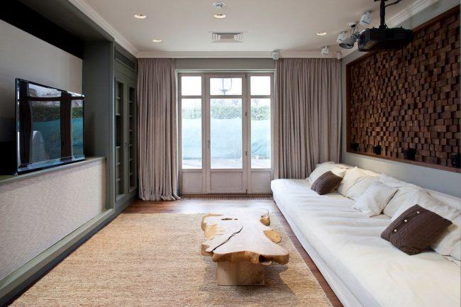 Необычная деревянная стенка и стол из цельного куска дерева в современной гостиной