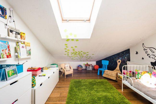 Современная мансардная гостиная в стиле контемпорари