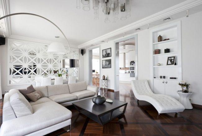 Белая гостиная с темно-коричневым паркетом