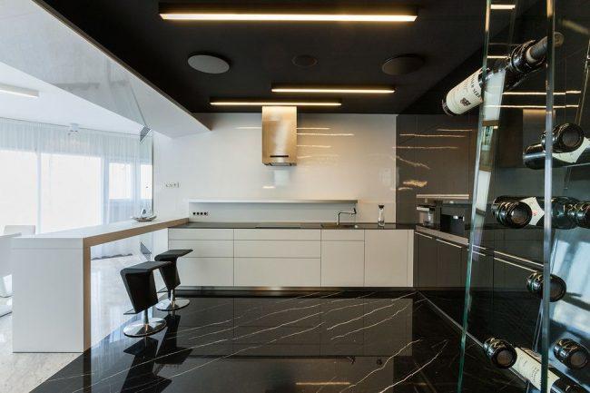 Мраморный мол в сочетании с минималистичной мебелью на современной кухне