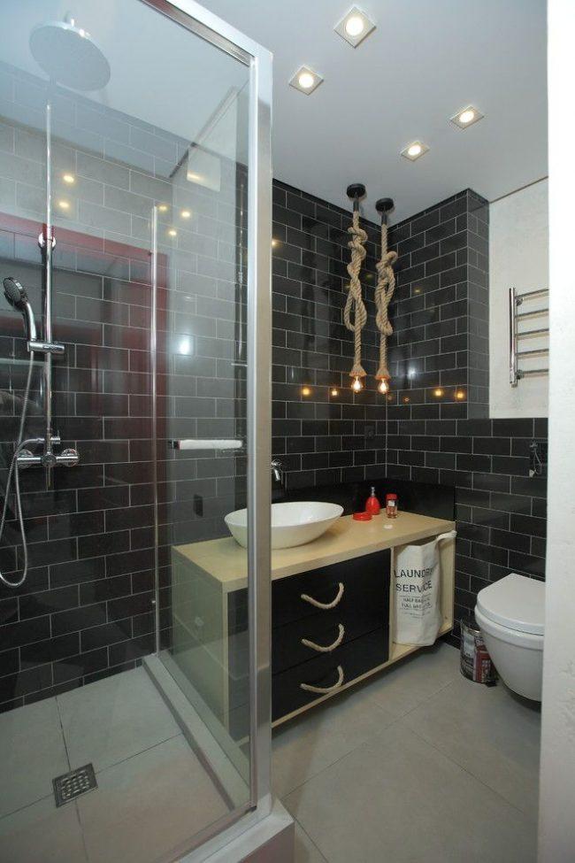 Стильная ванная комната с черными стенами и необычным освещением