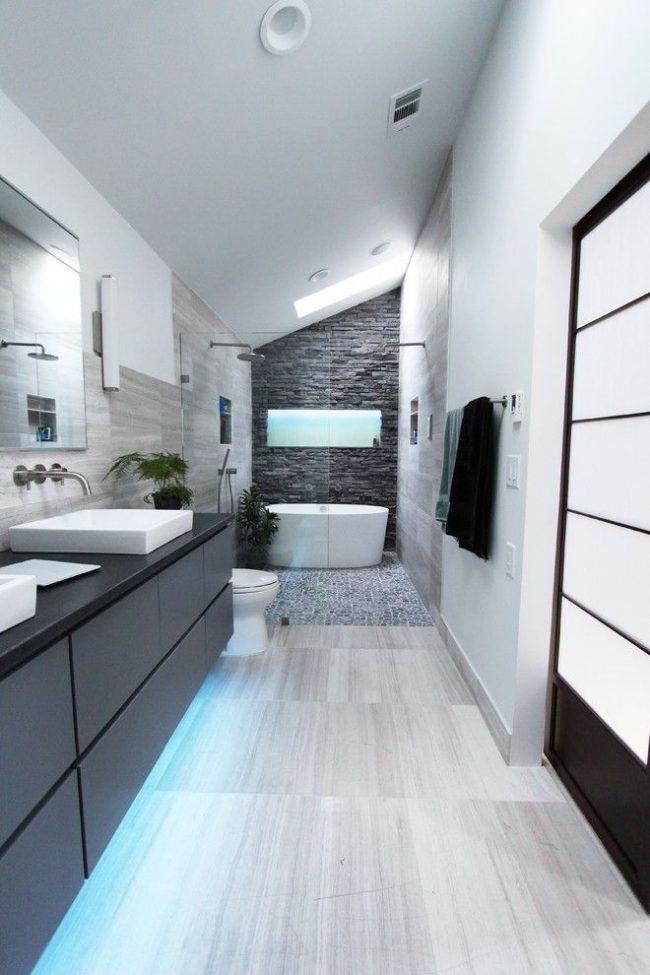 Современная ванная комната в мансардном помещении