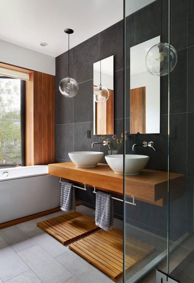 Удобная ванная комната с двумя раковинами и окном над ванной