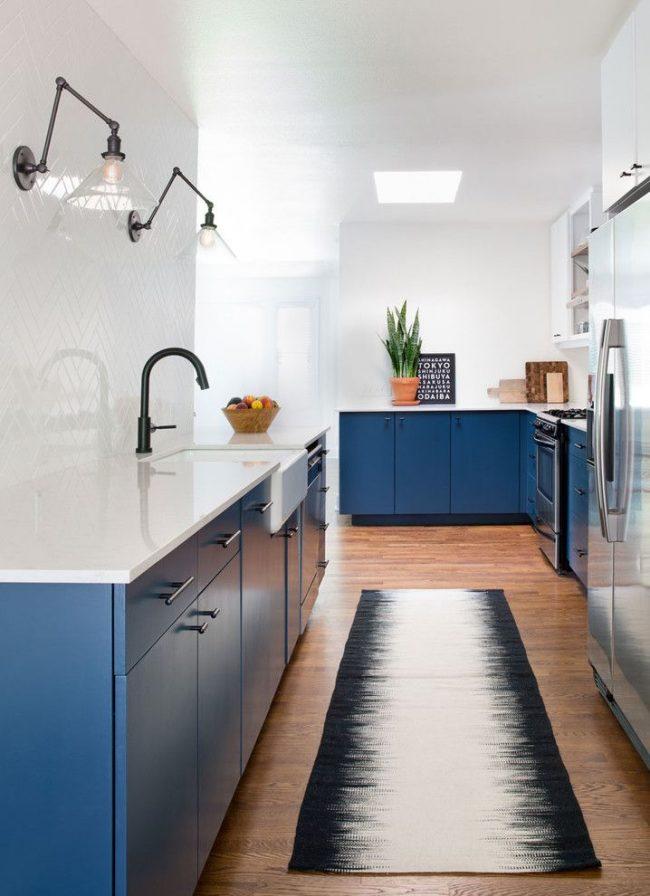 Бело-синяя кухня в стиле контемпорари