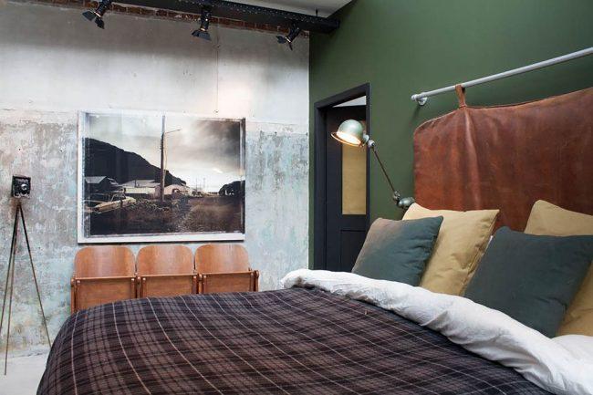 Спальня в стиле лофт с настенным светильником