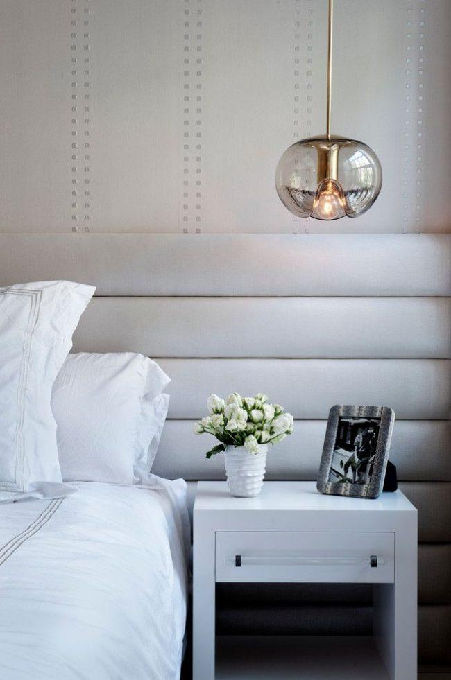 Красивый стеклянный плафон на потолочном прикроватном светильнике
