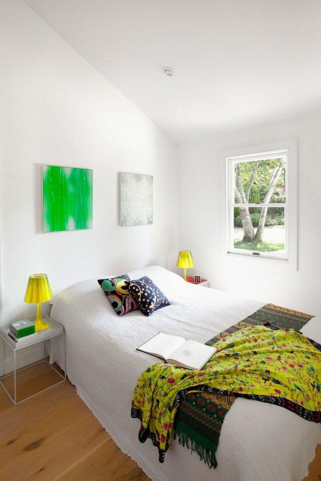 Яркие небольшие светильники на тумбочку в белой спальне смотрятся очень контрастно