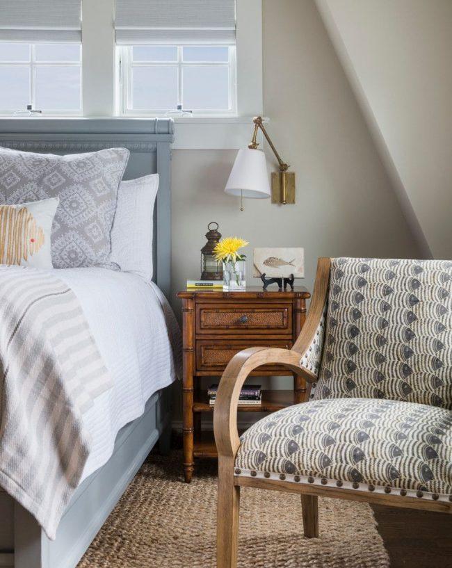 Традиционная спальня с небольшим прикроватным светильником