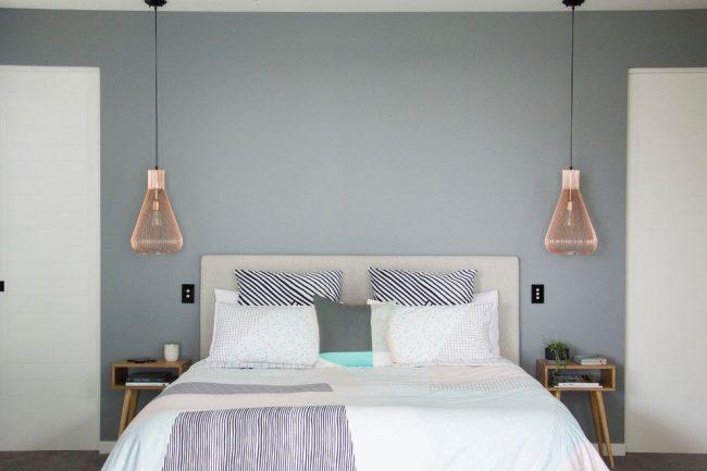 Современная спальня с потолочными прикроватными светильниками