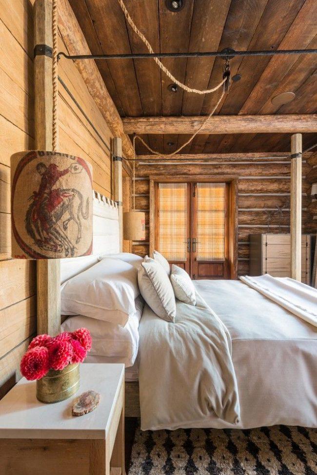 Стиль кантри в оформлении спальни с необычным прикроватным светильником