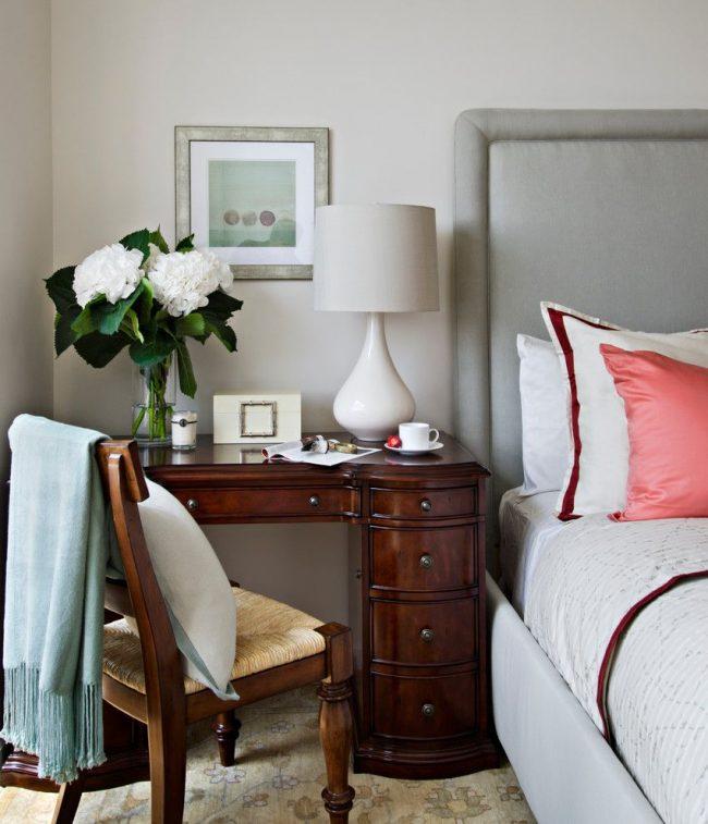 Классический интерьер спальни с аккуратным торшером на прикроватном столике