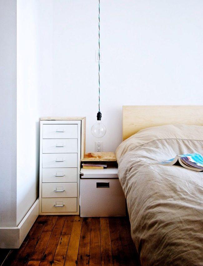 Потолочный светильник с крупной лампой и без плафона подойдет для скандинавского интерьера спальни