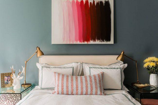 Стильная спальня со светильниками золотого цвета на стеклянных прикроватных тумбочках