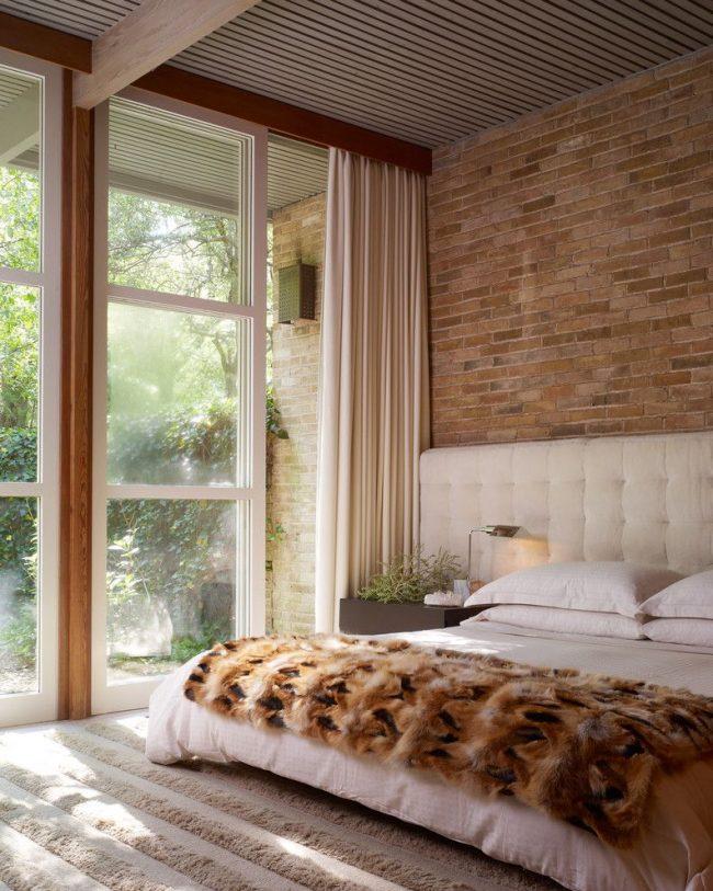 Небольшой прикроватный светильник для тумбочки в современной спальне