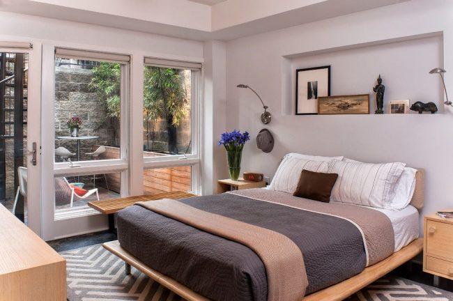 Светильники прикроватные для спальни: уютная традиционная спальня с небольшими настенными светильниками