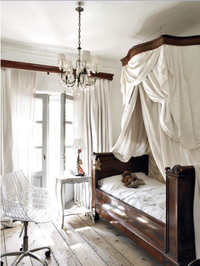 Спальня в стиле шебби-шик с небольшим светильником для тумбочки