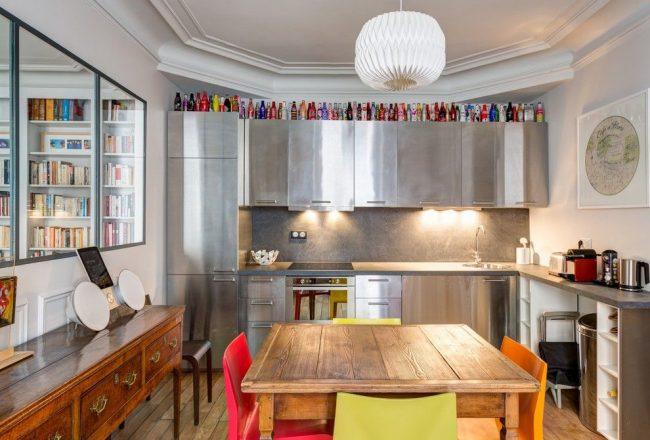 Современная кухня стального цвета с угловой тумбой под мойкой, в которой можно спрятать посудомоечную машину
