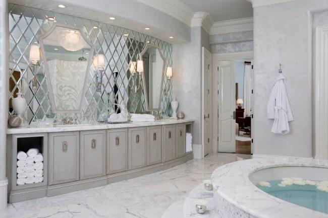 Зеркальная плитка в форме ромбов в отделке стены ванной комнаты